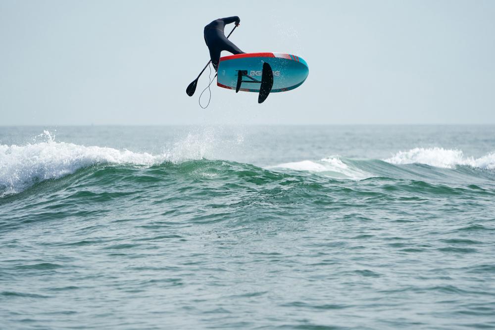 techno foil planche au dessus de l'eau